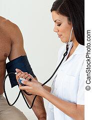 特寫鏡頭, ......的, a, 女性 醫生, 檢查, the, 血壓, ......的, a, 病人, 在醫院
