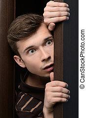 特寫鏡頭, 門, 人, 年輕, 偷看, 透過, 打開使惊奇, peeking.