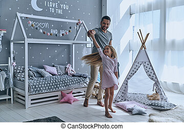 狂気, フルである, 娘, ダンス, 寝室, 父, 長さ, 間, 行く, 一緒に。, 手を持つ, 微笑