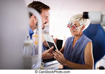 現代, 年長の 女性, 検査, 検眼士, 眼科学, 医院