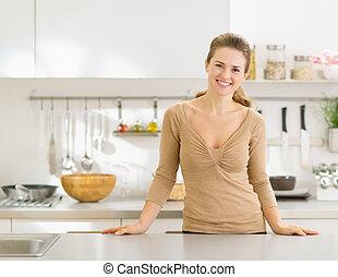 現代, 若い, 主婦, 肖像画, 微笑, 台所