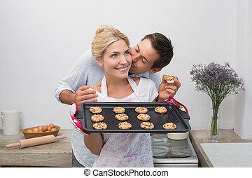 甜面包, 面頰, 婦女的, 她, 新鮮地, 親吻, 家, 人, 烘烤, 握住, 廚房