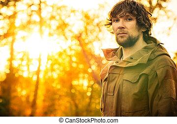 生き残り, 日没, 旅行, 単独で, 若い, 背景, ライフスタイル, 人, 屋外, 地位, 森林, 自然, 概念