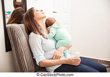 生まれたての赤ん坊, お母さん, 彼女, 疲れた