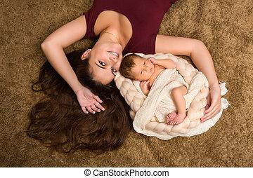 生まれたての赤ん坊, 幸せ, 母