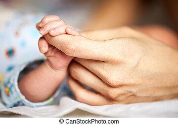 生まれたての赤ん坊, 母, 手を持つ