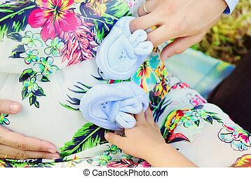 生まれたての赤ん坊, 親, 毛糸編み幼児靴, 手