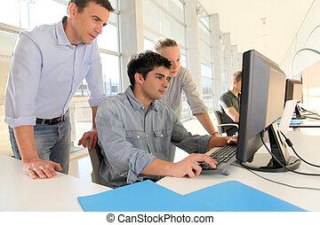 生徒, ∥で∥, 教師, の前, デスクトップコンピュータ