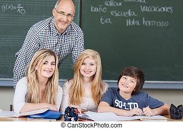 生徒, クラスで, ∥で∥, ∥(彼・それ)ら∥, 教師