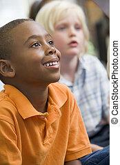 生徒, クラスで, 床の上に座る, 注意を払う, (selective, focus)