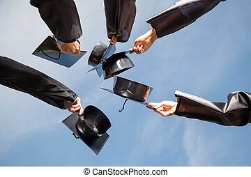 生徒, 上げること, モルタル, 板, に対して, 空, 上に, 卒業日