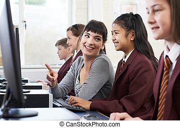 生徒, 身に着けていること, ユニフォーム, 中に, コンピュータクラス, ∥で∥, 女性の教師