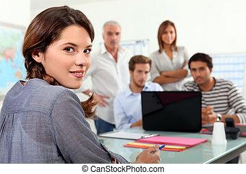 生徒, 集まった, のまわり, ラップトップ, クラスで