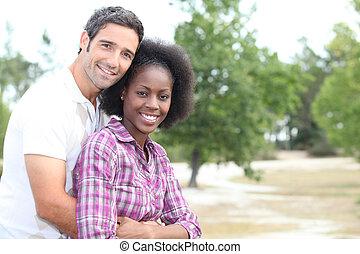 田舎, 入り混ざったカップル, レース, 抱き合う