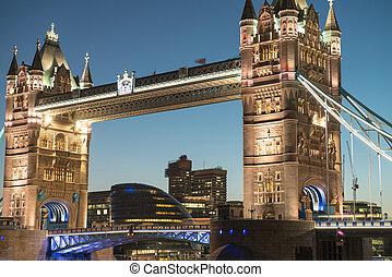 电灯, 同时,, 颜色, 在中, 塔桥梁, 从, st, katharine, 船坞, 夜间, -, 伦敦, -, 英国
