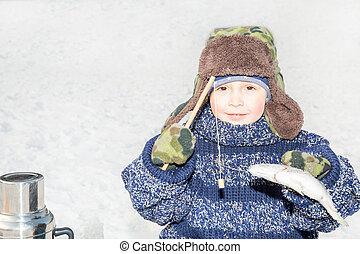 男の子の 子供, 捕えられた, a, fish, 上に, a, えさ, 上に, 釣り, winter.,...