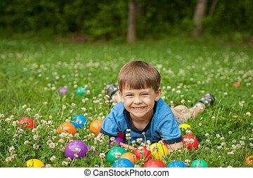 男の子, おもちゃ, 古い, カラフルである, happiness., 囲まれた, 草, laies, 5, 年, 楽しみ, 表現, 持つ, balls.