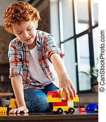男の子, おもちゃ 車, プラスチック, うれしい, 家, 遊び