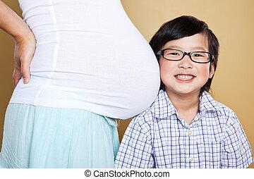 男の子, お母さん, 彼女, 妊娠した, アジア人, 聞くこと, 腹