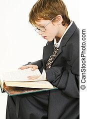 男の子, だぶだぶである, 読書, スーツ