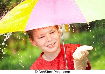 男の子, の間, 傘, 雨, 下に