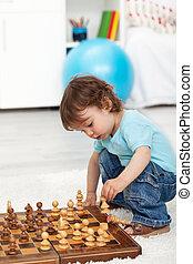 男の子, よちよち歩きの子, プレーのチェス, 小片