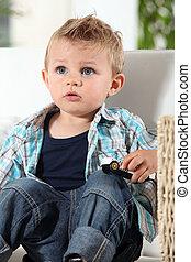 男の子, わずかしか, おもちゃ, 監視, 自動車, テレビ