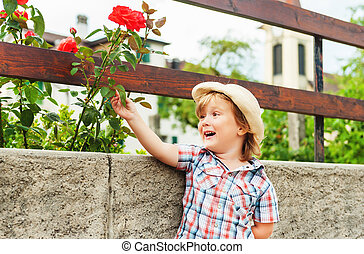男の子, わずかしか, ばら, 屋外で, 愛らしい, 遊び, 庭師