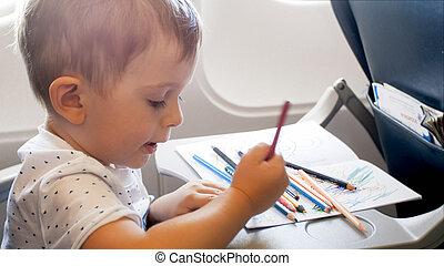 男の子, わずかしか, カラフルである, 鉛筆, クローズアップ, 肖像画, 微笑, 図画, 飛行機
