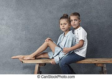 男の子, わずかしか, グレーのバックグラウンド, 肖像画, 女の子