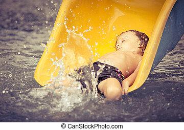 男の子, わずかしか, スライド, プールを すること, 水泳