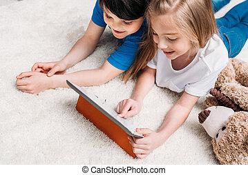 男の子, わずかしか, タブレット, 間, デジタル, 家, 女の子, 遊び, あること, カーペット
