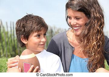 男の子, わずかしか, フットボール, アメリカ人, 母, 坐らせる