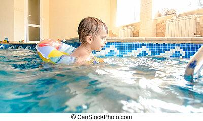 男の子, わずかしか, ボール, 古い, カラフルである, プール, 膨らませることができる, 年, 3, 笑い, 肖像画, 微笑, 浜, 遊び, リング, 水泳