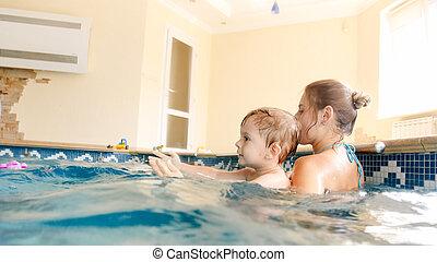 男の子, わずかしか, ボール, 古い, カラフルである, 彼女, 母, イメージ, 屋内, 若い, 年, 3, 子供, 教授, 浜, プールを すること, 水泳