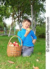 男の子, わずかしか, ポーズを取る, りんご, 屋外で