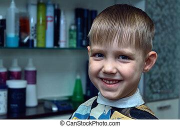 男の子, わずかしか, 切口, hairdresser., 私達, 顔つき, smiles., 彼