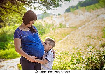 男の子, わずかしか, 妊娠した, 抱き合う, 母