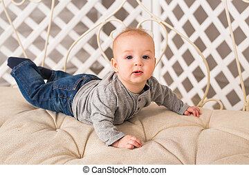 男の子, わずかしか, 床, 這う, 赤ん坊, 家