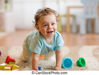 男の子, わずかしか, 床, 這う, 赤ん坊, 家, 遊び
