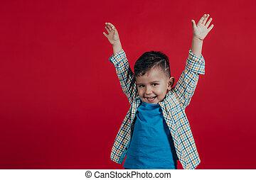 男の子, わずかしか, 彼の, スペース, text., 別, バックグラウンド。, 広がり, 手, 方向, 子供, あなたの, 赤, 幸せ