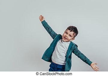 男の子, わずかしか, 彼の, スペース, text., 別, バックグラウンド。, 広がり, 灰色, 手, 方向, 子供, あなたの, 幸せ