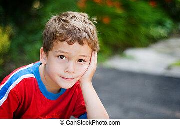 男の子, わずかしか, 彼の, 休む, 顔, 見る, カメラ, 手, 退屈させられた, 表現