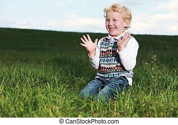男の子, わずかしか, 彼の, 叩くこと, 歓喜, 手