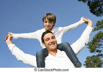 男の子, わずかしか, 彼の, 肩, 父, 乗馬