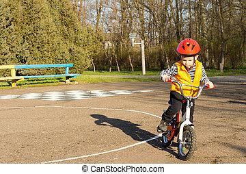 男の子, わずかしか, 彼の, 自転車の 乗車, 準備