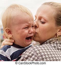 男の子, わずかしか, 彼女, ある, 母, 持たれた, 叫ぶこと, 屋外で, 肖像画