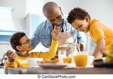男の子, わずかしか, 愛撫, 朗らかである, あご, 朝食, 父