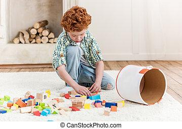 男の子, わずかしか, 立方体, 床, 集中される, 家, 遊び