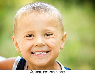 男の子, わずかしか, 自然, 上に, 笑い。, 緑の背景, 子供